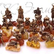 Латунные фигурки на янтаре, брелоки, пусеты фото