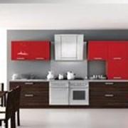Кухня с красными шкафчиками фото