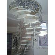 Кованная, ажурная, дубовая лестница фотография