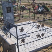 Памятник из уфалейского серого мрамора с оградой с листочками на мраморной брусчатке фото