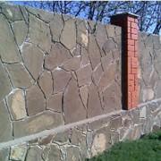 Облицовка стены из пластушки серо-зеленой фото