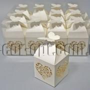 Бонбоньерка с вырубкой кремовая с бабочкой 5х5х8,5см 570813 фото