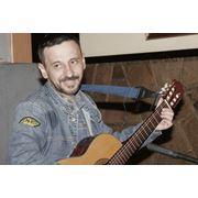 Обучение игре на музыкальных инструментах Игра на гитаре фото