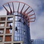 Мойка фасада и остекления методом промышленного альпинизма фото