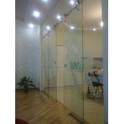 Стеклянные раздвижные двери с фурнитуры HAFELE фото