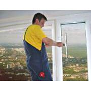 Мытье окон витрин стеклянных фасадов рекламных щитов вывесок фото
