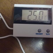 Термометр электронный дома показывает уличную температуру фото