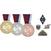 Металлические значки и спортивные медали. фото