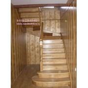 Лестница из дерева на косоурах фото