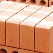Строительный керамический кирпич. фото