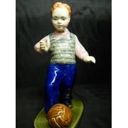 Фарфоровая статуэтка. Мальчик с мячом. фото