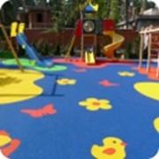 Наливные полы и плитка из резиновой крошки для детских игровых площадок. фото