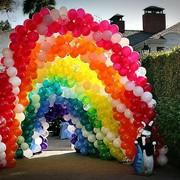 Оформление шарами, цветами и тканью с подсветкой фото