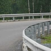 Двустороннее дорожное металлическое барьерное ограждение. фото
