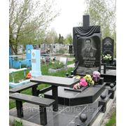 Стол и лавочка возле надгробий фото