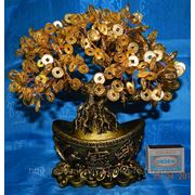 Денежное дерево на золотом слитке. фото