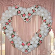 Сердце из гелиевых шаров с цветами фото