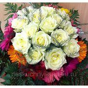 "Букет с белыми розами и разноцветными герберами ""Красиво подобрана связка цветов..."" фото"