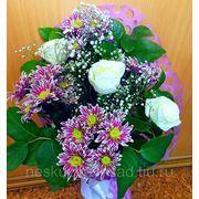 """Букет из 3 белых роз и кустовых хризантем """"С юбилеем!"""" фото"""