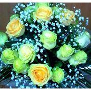 """Букет из 19 белых и чайных роз """"Поймет вдруг каждая из нас, что быть достойна королевой..."""""""