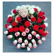 """Композиция с 63 розами и мягкой игрушкой в корзине """"Взгляну я утренним туманом в твои любимые глаза..."""""""