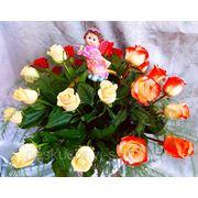 """Композиция с 27 разноцветными розами в корзине """"Цветочное время настало, приходит оно летней ночью фото"""