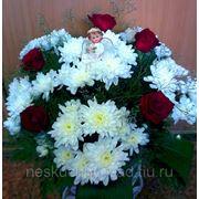 """Композиция из кустовых хризантем и красных роз в корзинке """"Цветы и ангелы - небесные создания..."""" фото"""