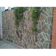 Забор, камень, зелень фото