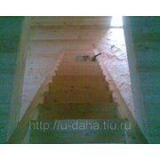 Возведение деревянных лестниц. фото