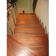 Лестница из красного дерева фото