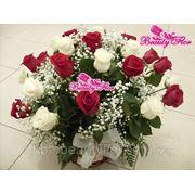 Корзина из белых и красных роз фото