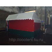 Торговые палатки и летние кафе в месте с каркасом