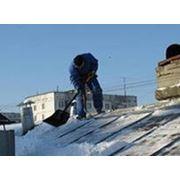 Очистка крыш от снега фотография