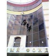 Мойка остекления и фасадов методом промышленного альпинизма фото