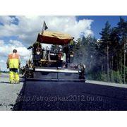– Производство асфальта, дорожные работы. фото