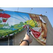 Демонтаж рекламных баннеров фото