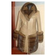 Перекрой. Пальто из кожи страуса с отделкой соболем. фото