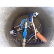 Прокладка труб водопровода от скважинного насоса фото