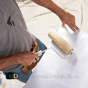 Оклеивание стен обоями плотными и влагостойкими с подгоном рисунка