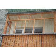 Балкон с деревянными рамами фото