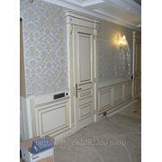 Двери в комплекте с коробкой и наличником с карнизом и декоративными элементами 2400*900 фото