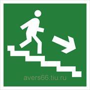 Знак «Направление к эвакуационному выходу по лестнице вниз» фото