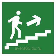 Знак «Направление к эвакуационному выходу по лестнице вверх» фото