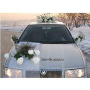 Прокат свадебных украшений на машину и цветочных композиций для оформления зала. фото