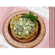 Салат з мiдiями в сiрнiй кошику — Салат с мидиями в сырной корзинке фото