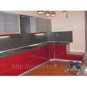 Кухня красная с акриловым стелом фото