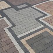 Укладка тротуарной плитки на бетонное основание  фото