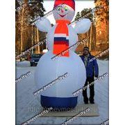 Надувная новогодняя фигура. Снеговик стилизованный российский. фото