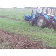 Вспашка земли трактором фото