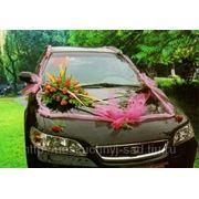 Композиция из цветов с лентой на капот, крышу и багажник свадебного автомобиля.